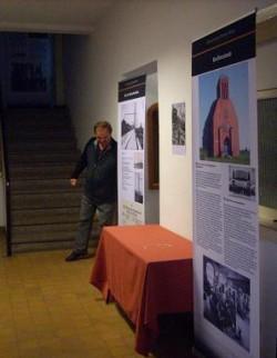 Wolfgang Wache beim Aufbau der Ausstellung